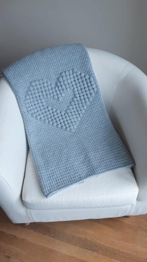 manta de crochet para bebé con corazón bobble